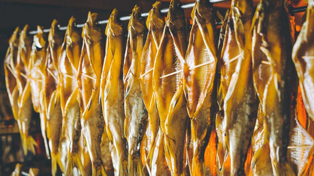 На сушку направляют доброкачественную мороженую, охлажденную рыбу или рыбу-сырец, отвечающую требованиям действующей нормативной документации.